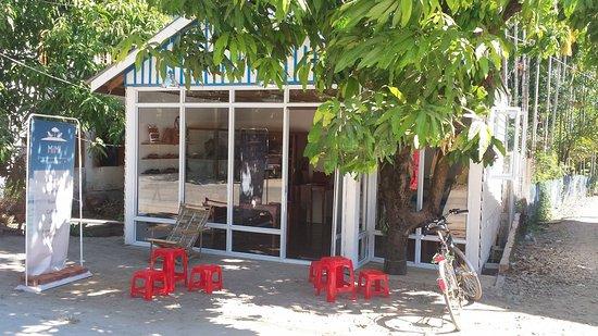 Ngapali, Myanmar: Ladenansicht  - gegenüber Amata Hotel - im Mai ist der Baum voller Mangos!