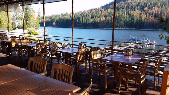 Bass Lake, Kalifornien: Ducey's Bar & Grill Lakeside patio