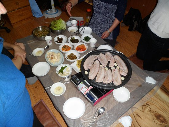 Chungju, South Korea: Menu coréen sur table basse et assis par terre