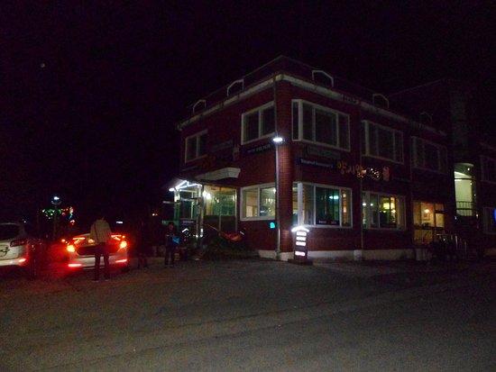 Chungju, South Korea: Vue du restaurant de nuit !