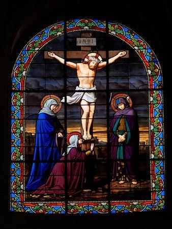 L'Église Notre-dame De Chantilly : Détail Vitraux hauts du fond
