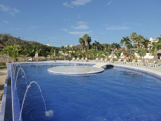 La Isla Huatulco & Beach Club: La Isla Beach Club Pool