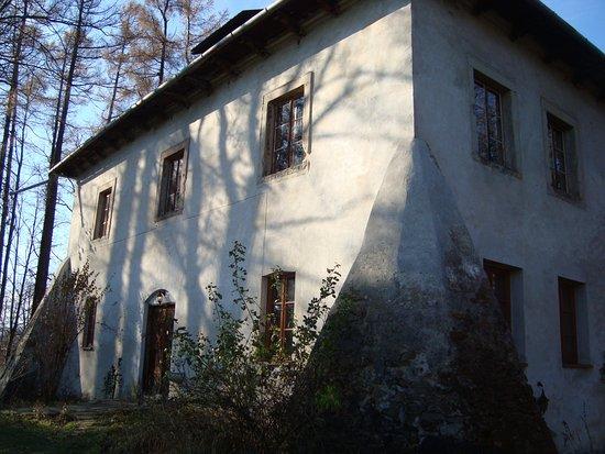 Jordanow, Polen: na wprost skarpa -  potężne tu mury