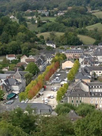 Mauleon-Licharre, France : Vistas desde el castillo. El hotel está abajo a la izquierda.