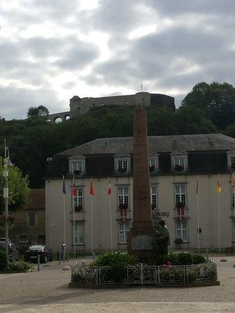 Mauleon-Licharre, France : La Plaza central está a 50m.