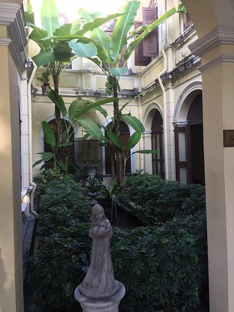 Praya Palazzo: statues are often framed by well managed vegetation
