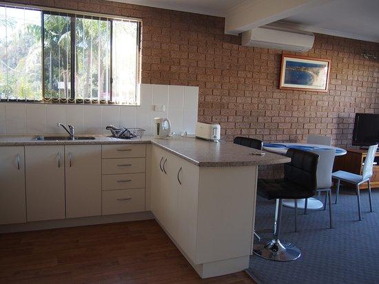 Tathra, Australia: kitchen and living area