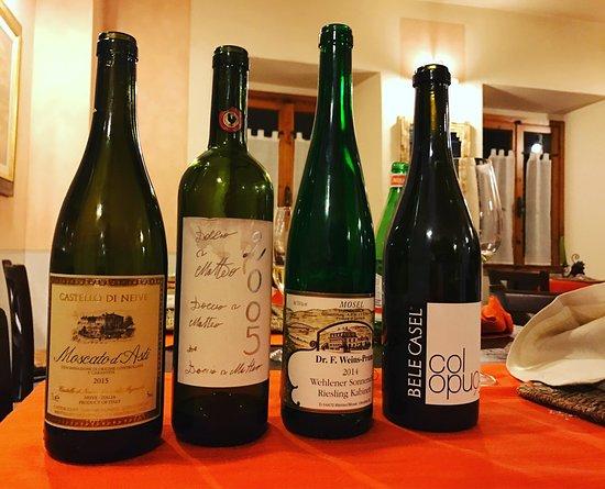 Civitella in Val di Chiana, Italy: Vini deliziosi degustati con sorpresa, degustare vini in questo locale è un'esperienza nuova