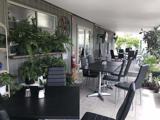 Narrabri, Australia: Outside for a coffee and an amazing menu