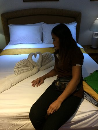 Pathum Thani, Tailandia: Towel art and the kind wonderful young woman that looked after the room