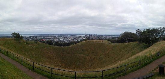 Mount Eden: 마운트 이든 정상에서 분화구 및 북쪽 시내로 바라본 풍경