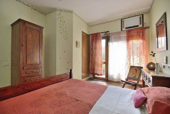 Chhoti Haveli: Nawab room with Queen size bed - door leading to balcony