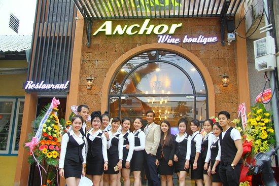 nhân viên phục vụ tại nhà hàng - Photo de Anchor Wine Boutique ...