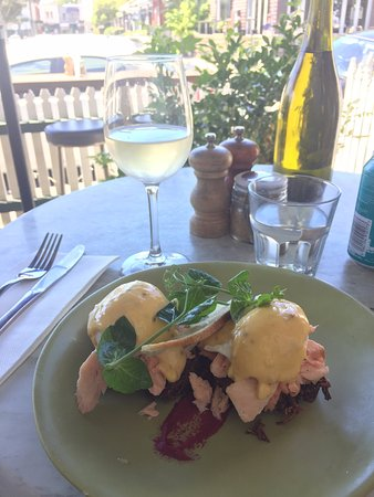 Prahran (เขตพราราน), ออสเตรเลีย: ISIT Eggs with Poached Salmon and Beetroot