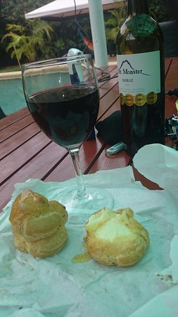 The Entrance, Αυστραλία: We bring to our hotel some profiteroles and ate with wine&strawberries by the pool