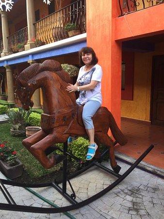 Guiexhoba Hotel : Na dziedzińcu hotelu można było dosiąść konia 1