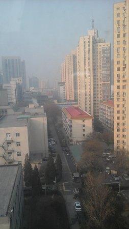 Media Center Hotel: Вид из окна во двор отеля на знаменитый пекинский смог