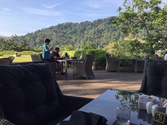 Earl's Regency: Breakfast outside