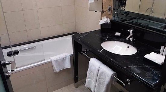 Hotel Kings Court: Bathroom
