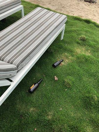 Νησί Χέιμαν, Αυστραλία: Zigaretten im Sand, dreckiger Pool (der nicht gesäubert wurde), Bierflaschen am Strand (Liegewie
