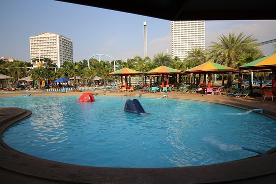 Pattaya Park Tower: the pool