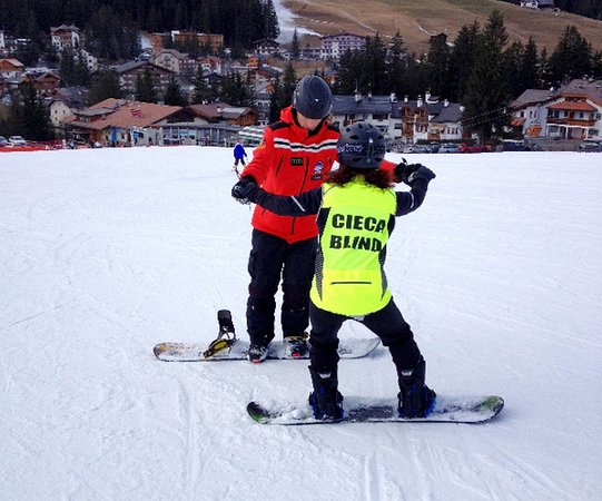 Badia (Abtei), Italien: Signora non vedente che impara a fare snowboard