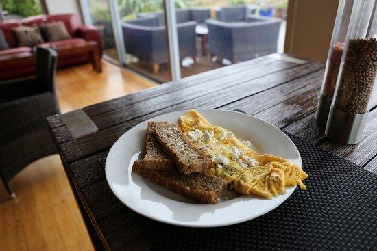 Collingwood, New Zealand: 朝食を作ってもらいました。自家製の野菜が入ったオムレツ。すごくフワフワでおいしい!最高!