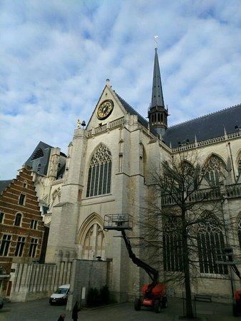 Lovaina, Bélgica: il lato della chiesa che si affaccia sulla Grote Markt