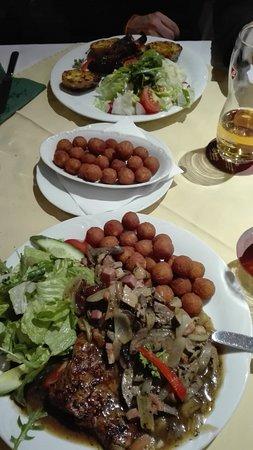 U Seminaristy: anatra con fegato, cipolle, crauti, crocchette e verdure; fettina di maiale fatta ad involtino c