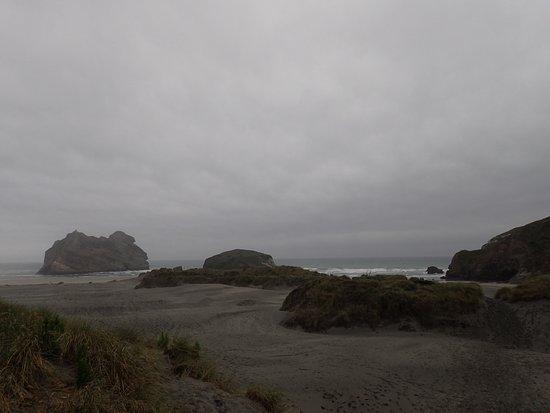 ゴールデン・ベイ, ニュージーランド, ビーチに着いたら見える風景。ここに来たらスニーカーは脱ぎましょう!ビーチサンダルがあると便利ですね。