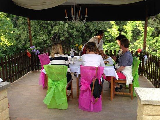 Belvianes et Cavirac, France : Table privative au bord de la rivière, service impeccable et avec le sourire