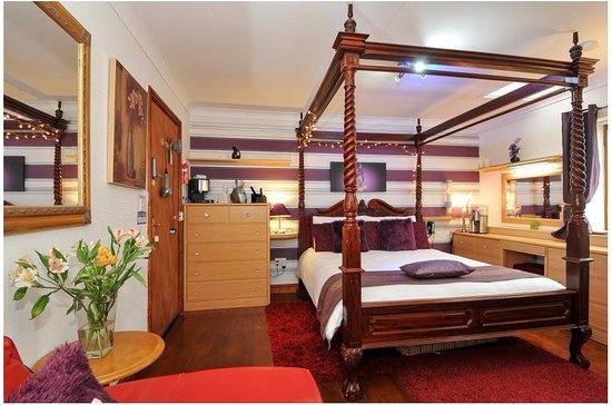 Sennybridge, UK: Room 1 continental Queen Anne bed walk shower en-suite memory foam mattress