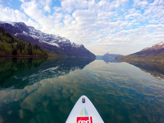 Gudvangen, Norge: Paddling on a liquid painting. Unreal perfection - SUP Norway