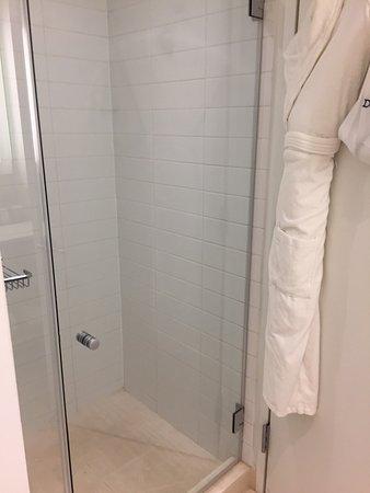 كازا هوتل فورتي فيفث ستريت: Shower and robe