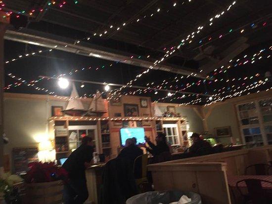 โอนีออนตา, นิวยอร์ก: This is the bar. Where the guy is leaning is where you buy your tokens and pay for your food