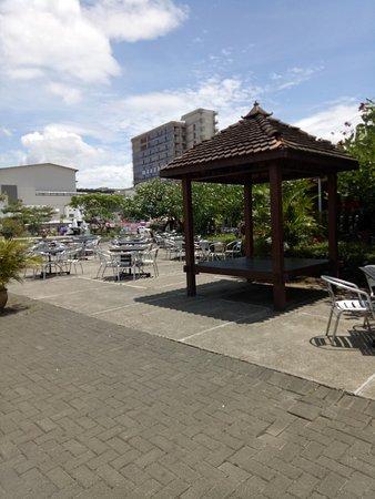 Paskal Food Market: Saung sebagai salah satu alternatif tempat duduk