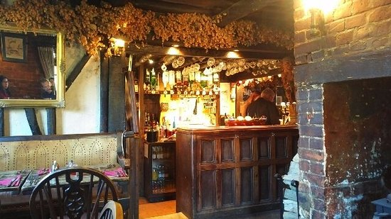 Harrietsham, UK: The bar area with hops hanging