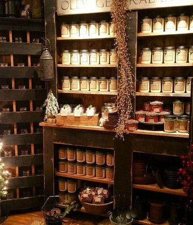 Omemee, Kanada: We offer many options in candles, melts  and scents throughout the shop.