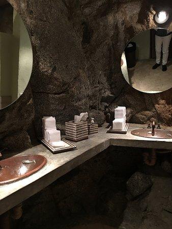 El Farallon: Even the bathroom has natural stone walls