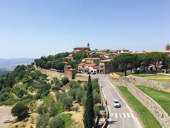 Montalcino, Italien: 성벽에서 바라본 몬탈치노 마을의 모습