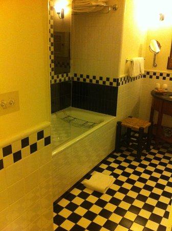 The American Colony Hotel: Badezimmer mit Badewanne und Dusche