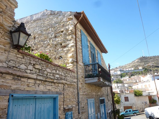 Pano Lefkara, Cyprus: 教会の隣の家です