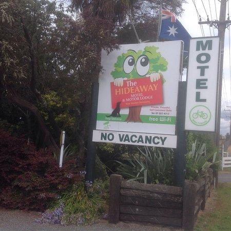 Rotorua Hideaway Lodge: Entrance sign