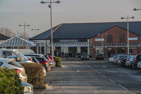 Gretna, UK: Pizza Express - At the far end of a very busy car park