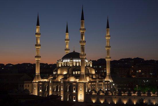 Kirikkale, ตุรกี: Işıklandırma ödülü alan Nur Caminin, gece vakti dıştan şahane görüntüsü