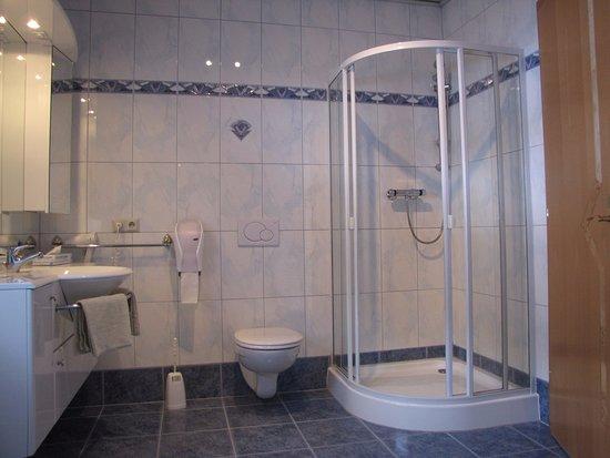 Afritz, Austria: badkamer van het appartement