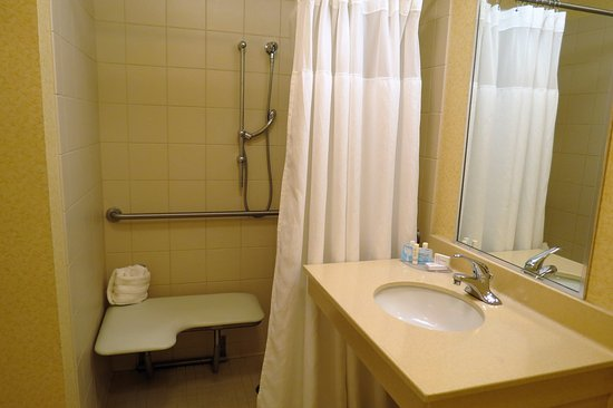 Fairfield Inn & Suites Marion: accessible shower