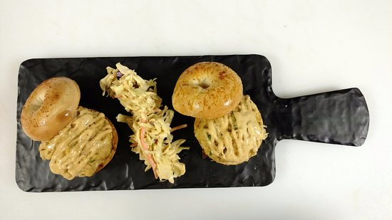 Berkeley Springs, Virginia Occidentale: Mini crab bagels and slaw