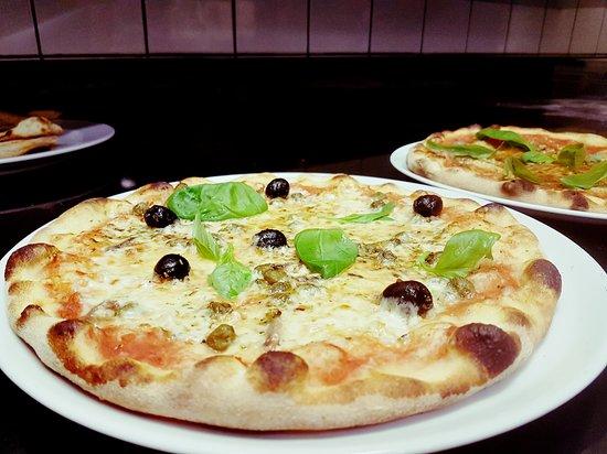 Samedan, Szwajcaria: Sta sera siamo stati a mangiare al ristor con un gruppo di amici .. mangiare squisito , pizza ot