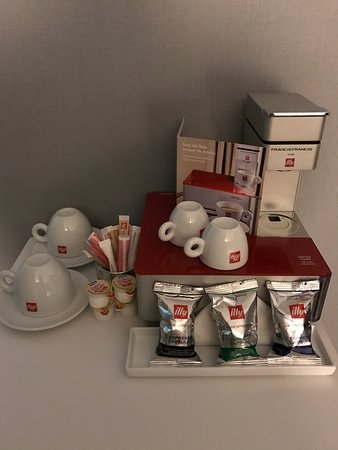 Oak Brook, IL: Room & Illy coffee machine in room